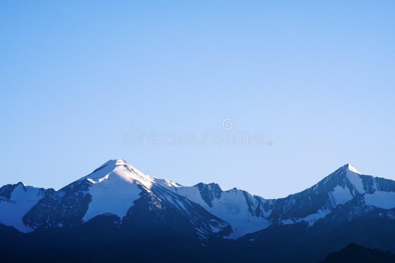 De berg van Himalayagebergte in de winter met duidelijke blauwe hemel stock afbeelding
