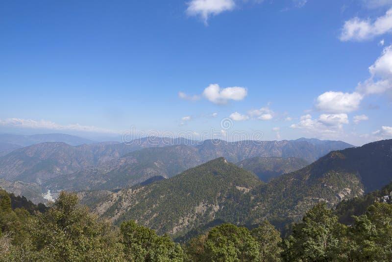 De berg van de Himalayanvallei scape Dichtbij Nainital, Uttarakhand, India royalty-vrije stock afbeelding