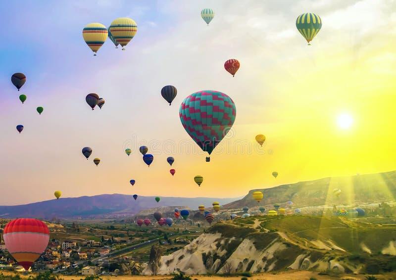 De Berg van de de Lentezonsondergang van de hete Luchtballon stock foto