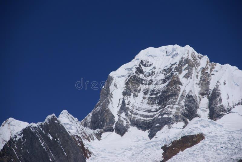 De berg van Siula in de hoge Andes stock afbeelding