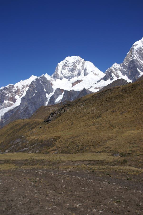 De berg van Siula in de hoge Andes royalty-vrije stock afbeeldingen