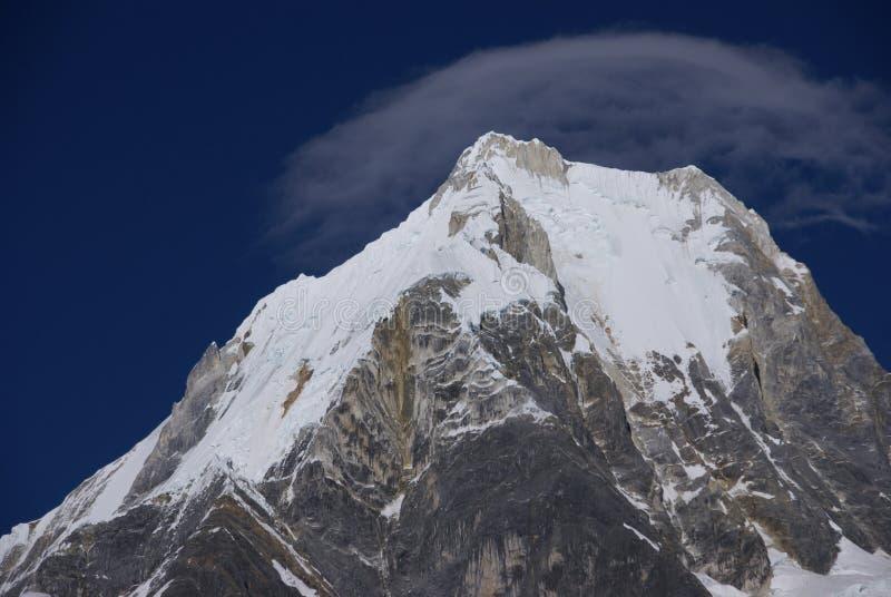 De berg van Siula met wolk capin de hoge Andes stock fotografie