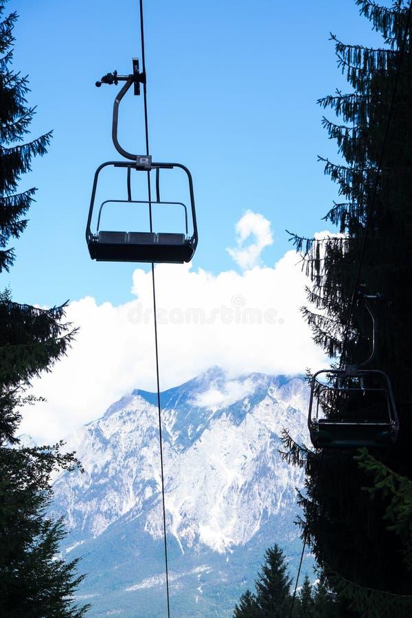 De berg van de stoeltjesliftzomer stock foto's