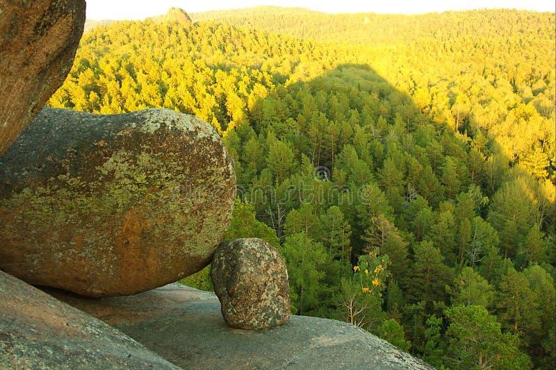 De berg van Stolby in Siberië stock afbeelding