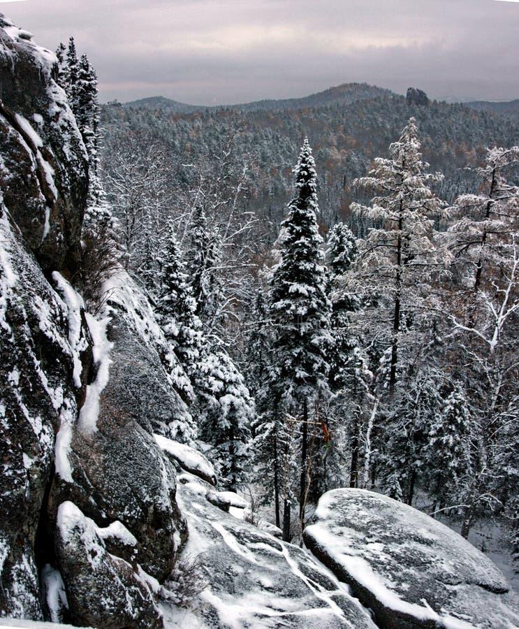 De berg van Stolby in Siberië stock foto's