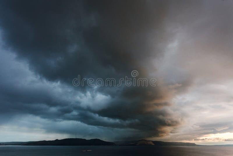 De berg wordt gehuld in wolken royalty-vrije stock afbeelding