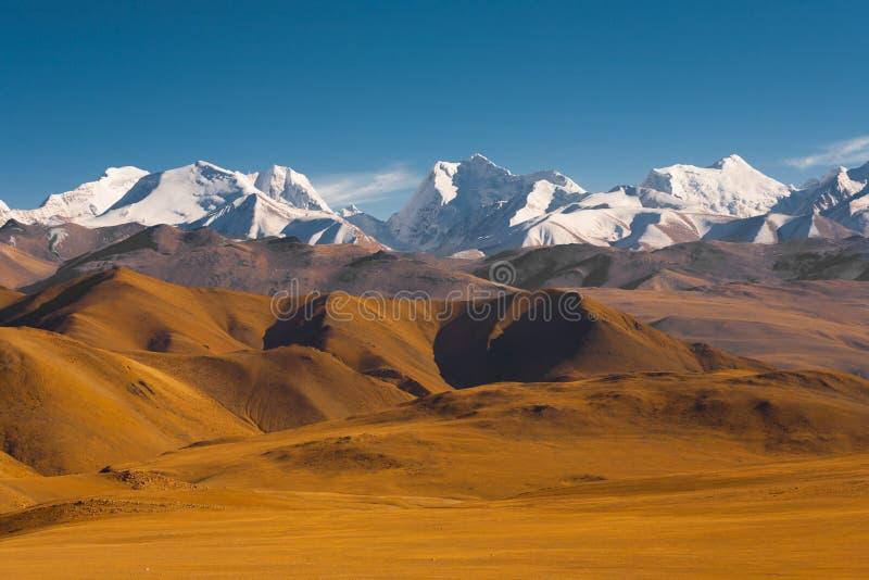 De bergachtige Grens Nepal Tibet van Terreinhimalayagebergte stock afbeeldingen