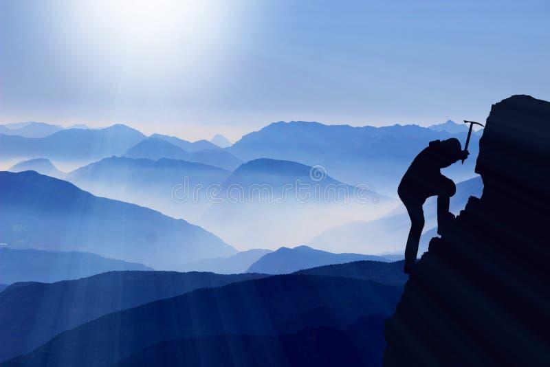De bergbeklimmer beklimt top royalty-vrije stock afbeelding