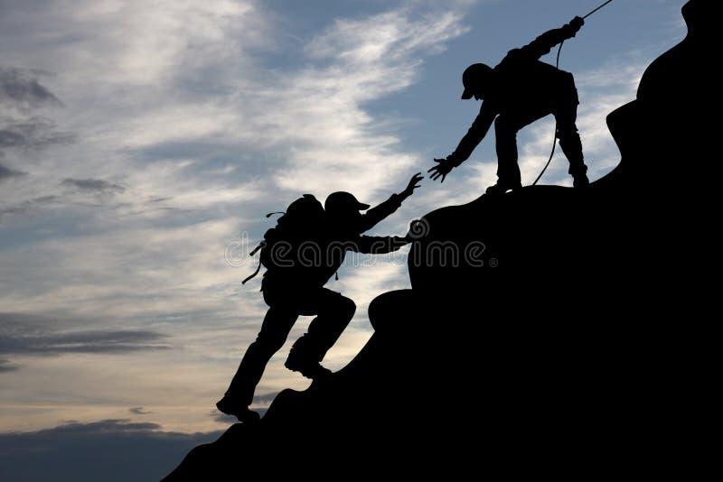 De bergbeklimmer van twee reizigerstoeristen op zonsopgang royalty-vrije stock afbeeldingen