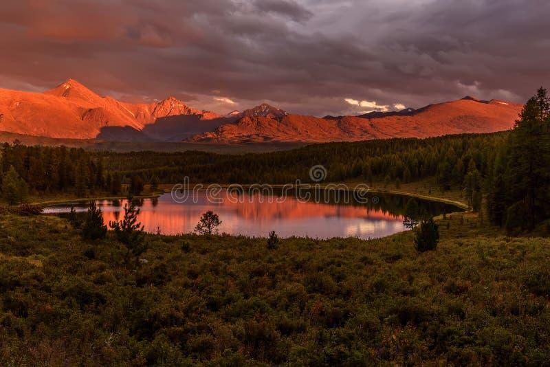 De bergen boswolken van het zonsondergangmeer royalty-vrije stock afbeeldingen