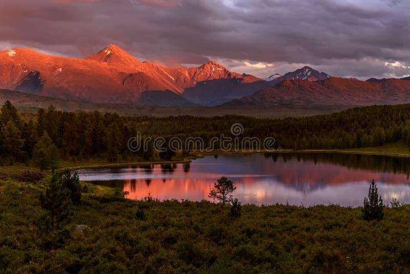 De bergen boswolken van het zonsondergangmeer royalty-vrije stock fotografie