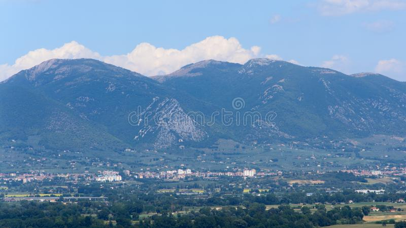De bergen die Narni Umbria Italy omringen stock foto