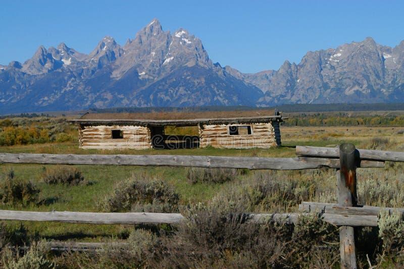 De Bergen en de cabine van Grand Teton stock afbeelding