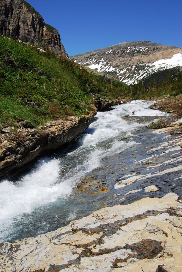 De bergen en de kreek van de sneeuw stock afbeeldingen