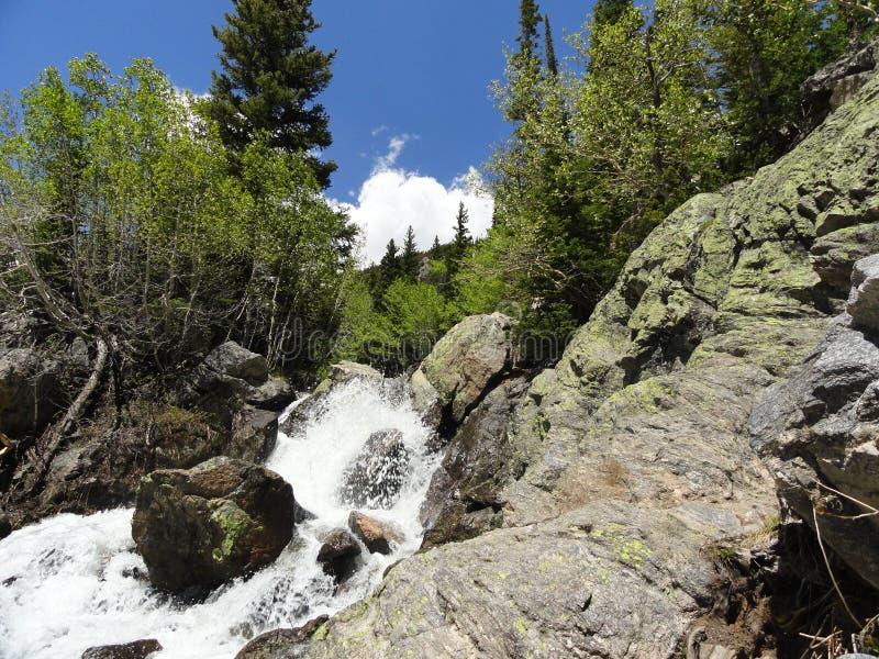 De bergen en de stroom van Colorado royalty-vrije stock foto