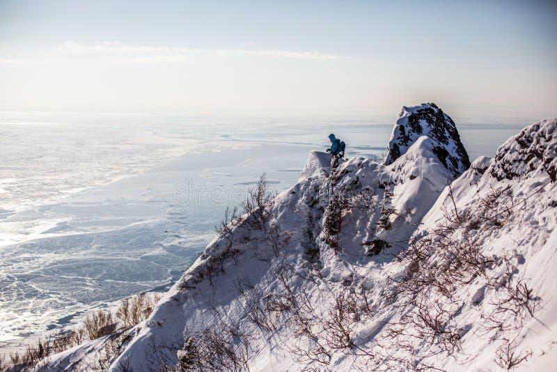De bergen en de winter van Sakhalin stock fotografie