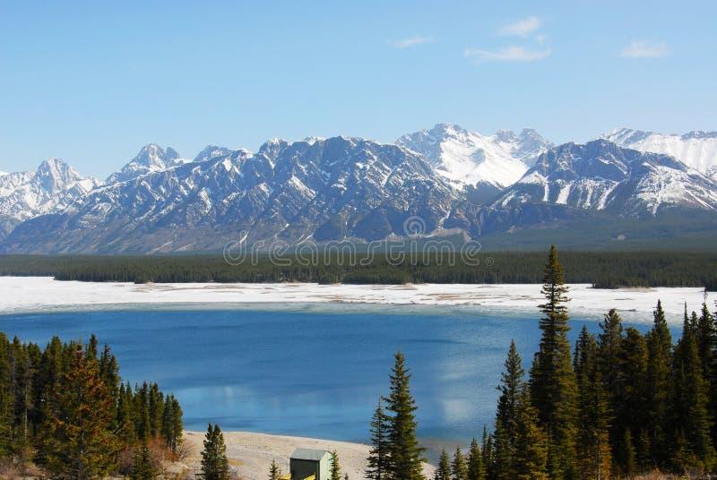 De bergen en het meer van de sneeuw royalty-vrije stock afbeeldingen