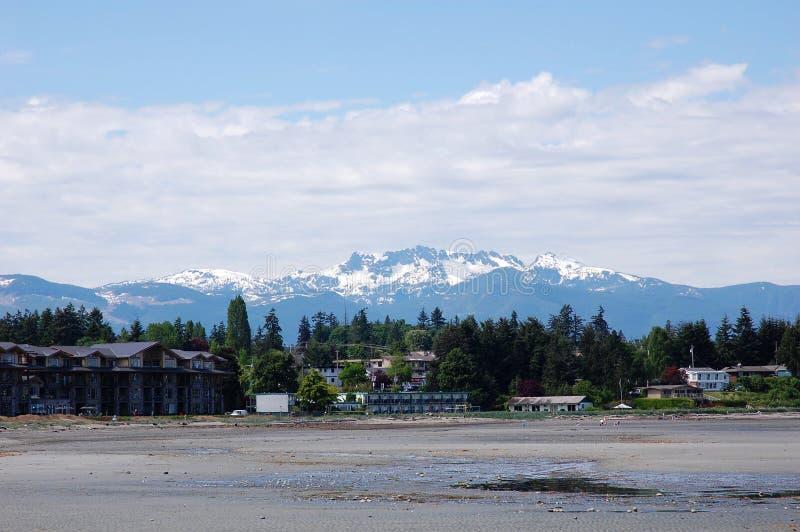 De bergen en het strand van de sneeuw stock fotografie