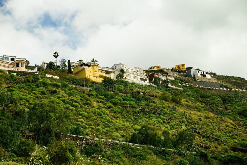 De bergen met hotels en huizen hierboven hoog in Tenerife, Spanje royalty-vrije stock foto