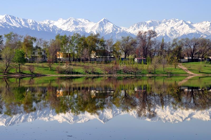De bergen van Alma Ata Kazachstan stock foto's