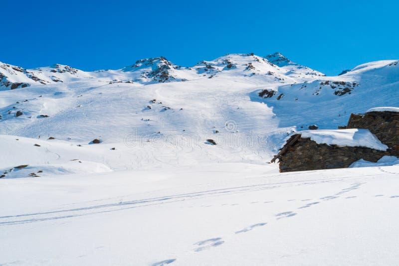 De bergen van alpen in de winter stock foto