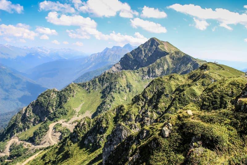De bergen van de Kaukasus Rusland, Sotchi, Krasnaya Polyana, Rosa Khutor Piek 2320m stock fotografie