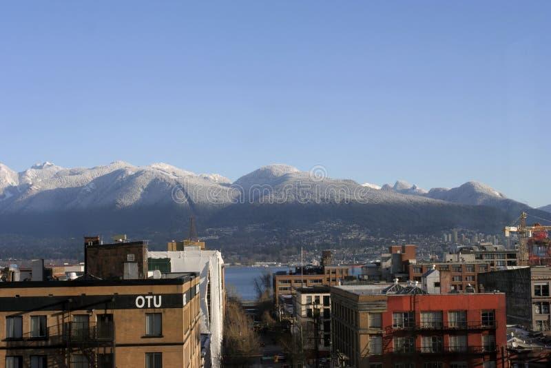 De Bergen van de Kust van het noorden met eerste sneeuw royalty-vrije stock foto