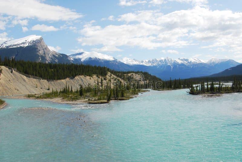 De bergen van de rivier en van de sneeuw stock fotografie