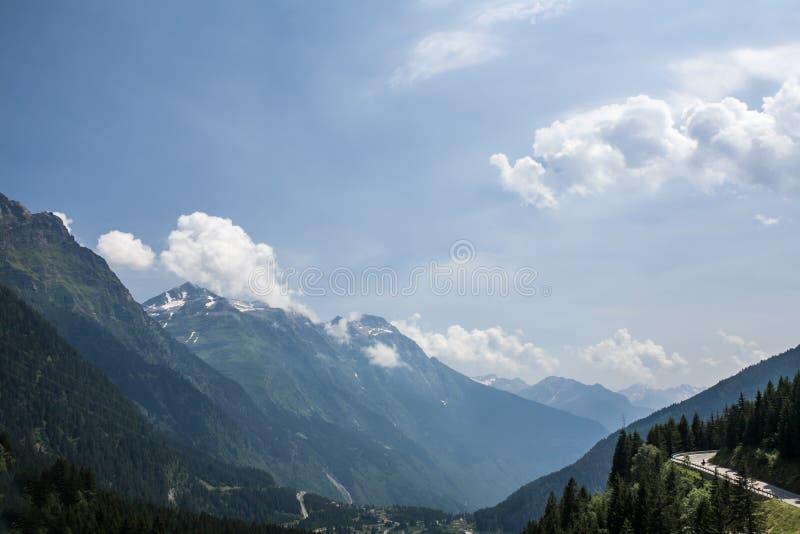 De bergen van de zomeralpen met duidelijke blauwe hemel; royalty-vrije stock afbeelding