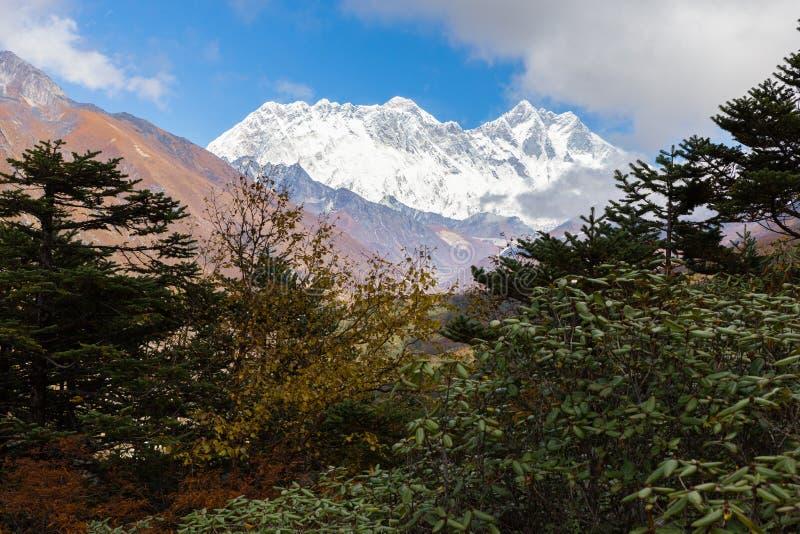 De bergen van Everestlhotse Nuptse bereikt randmening, Tengboche vill een hoogtepunt royalty-vrije stock foto