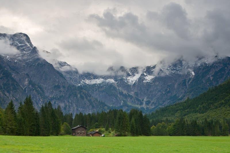 De Bergen van Gebirge van totalisators van aan Almsee royalty-vrije stock foto's