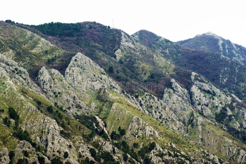 De bergen van het schiereiland Vrmac stock afbeeldingen