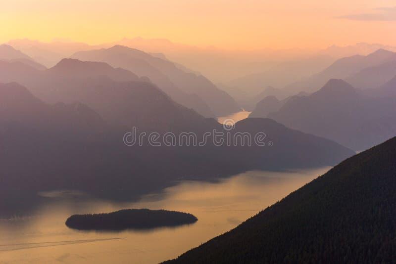 De Bergen van het zonsondergangmeer royalty-vrije stock fotografie