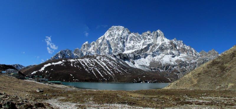 De bergen van Himalayagebergte en het mooie landschap van het meerpanorama royalty-vrije stock fotografie