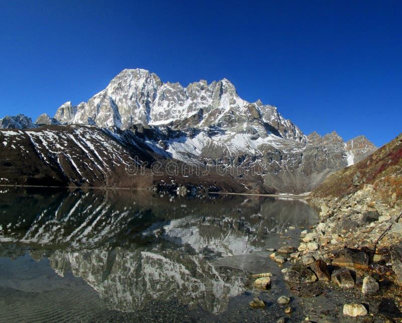 De bergen van Himalayagebergte en meer mooi landschap stock fotografie