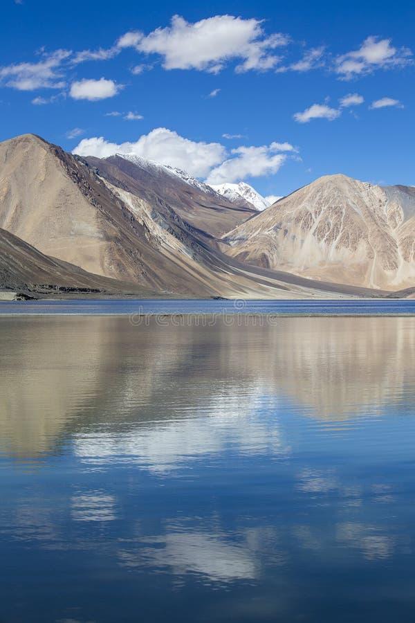 De Bergen van Himalayagebergte met het meer van Pangong tso en blauwe hemel met witte wolken, Ladakh, Jammu en Kashmir, India royalty-vrije stock fotografie