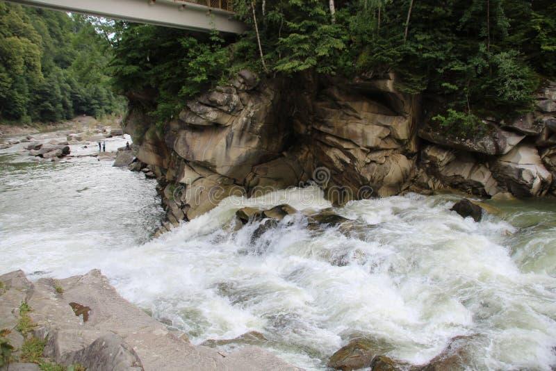 De bergen van de Karpaten zijn niet zo hoog maar zeer majestueus, en het water is het leven in deze bergen royalty-vrije stock foto