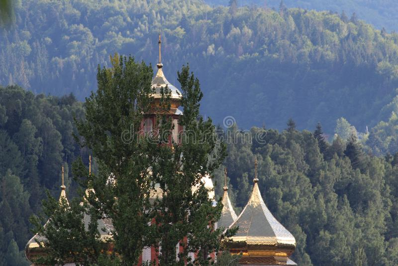 De bergen van de Karpaten zijn niet zo hoog maar zeer majestueus, en het water is het leven in deze bergen stock afbeeldingen