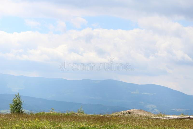 De bergen van de Karpaten zijn niet zo hoog maar zeer majestueus, en het water is het leven in deze bergen royalty-vrije stock afbeelding