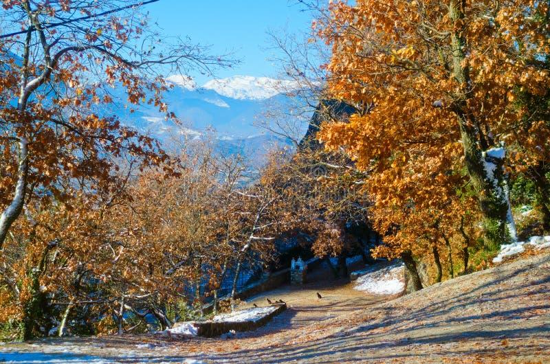 De bergen van Meteora in Griekenland De bergenlandschap van de winter Sunshin stock foto's
