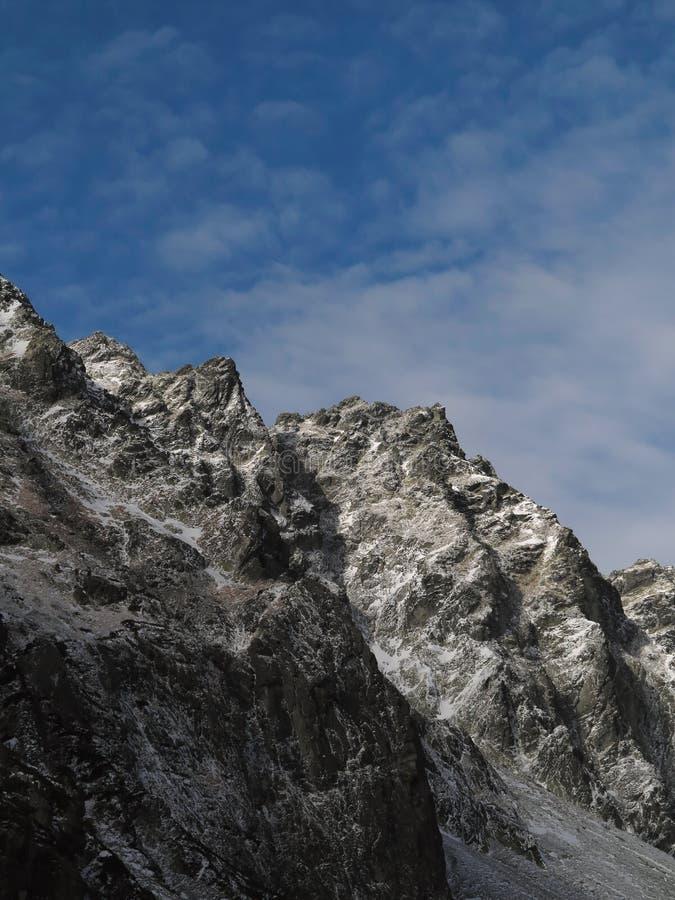 De bergen van de winter Gevoelige Wolken over de Top royalty-vrije stock fotografie