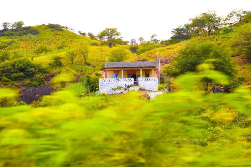 De Bergenlandschap van Kaapverdië, Plattelandshuisje op Vulkanisch en Vruchtbaar Landschap, Santiago Island stock afbeelding