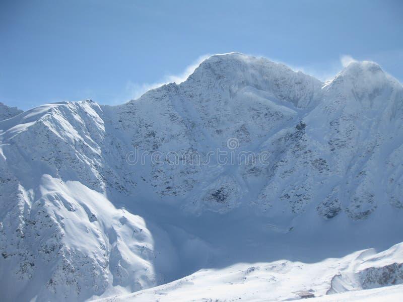 De bergenmening van Elbrus in de winter. Sneeuw, wind en cl royalty-vrije stock fotografie