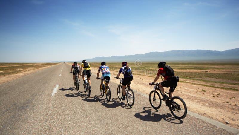 De bergfiets van het avontuur maranthon in woestijn stock fotografie