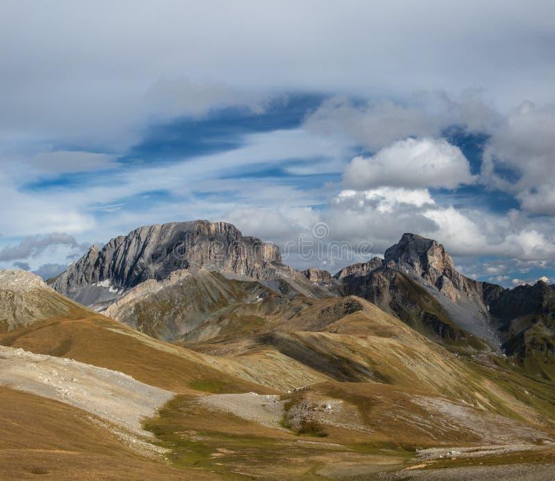 De berglandschap van de herfst Nationale reserve Karadag Zet Sedaya en rots Zagedan op stock afbeelding