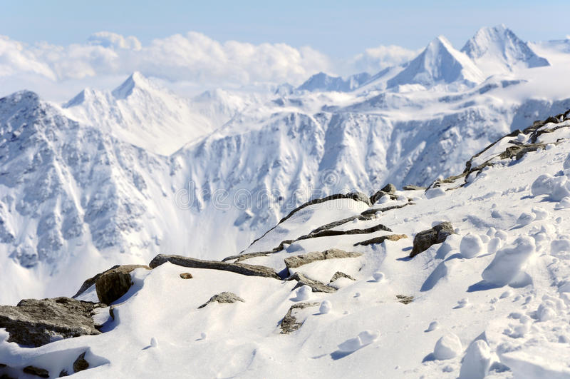De berglandschap van de winter van Oostenrijkse Alpen stock afbeeldingen