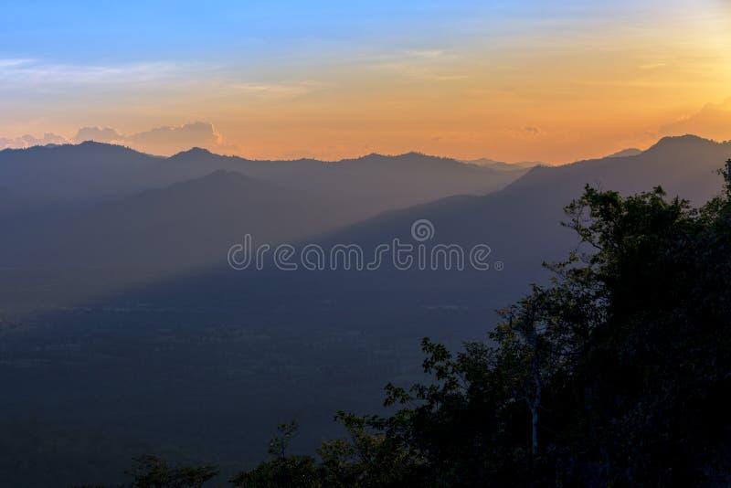De berglandschap van de zonsopgangsereniteit royalty-vrije stock foto's