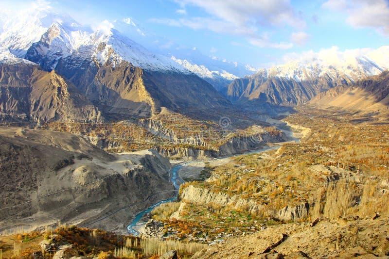 De berglandschap van de herfst in Ganish, Hunza van Pakistan stock foto's