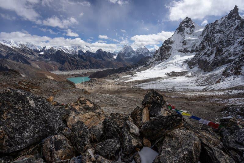 De berglandschap van Himalayagebergte bovenop Renjo-de pas van La, Everest aangaande royalty-vrije stock foto's