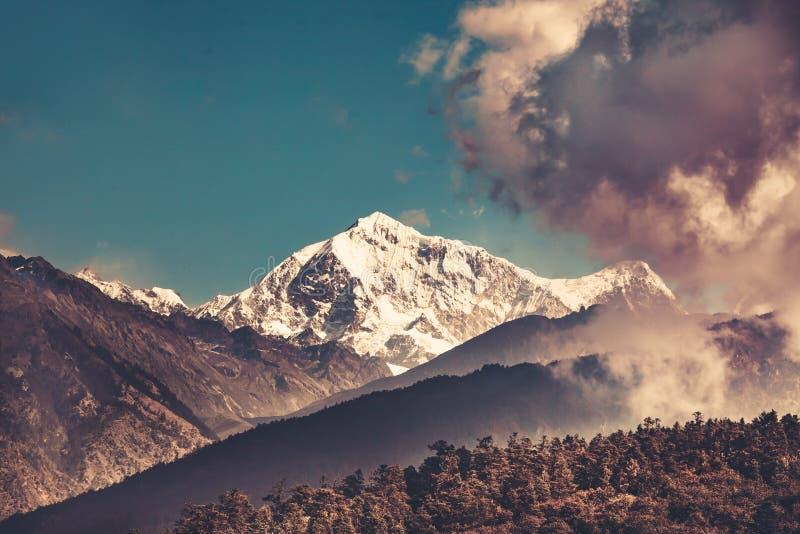 De berglandschap van Himalayagebergte Trekking in Nepal royalty-vrije stock fotografie